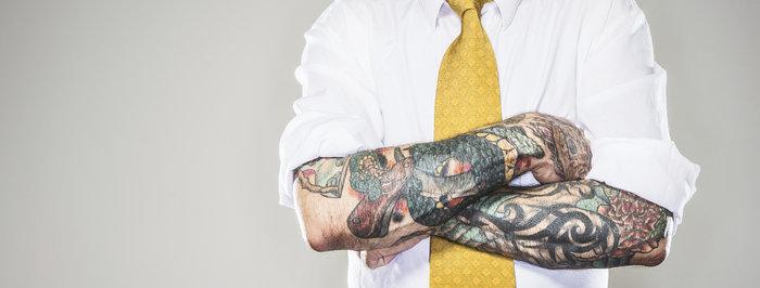 Les tatouages visibles devraient-ils être autorisés sur le lieu de travail ?