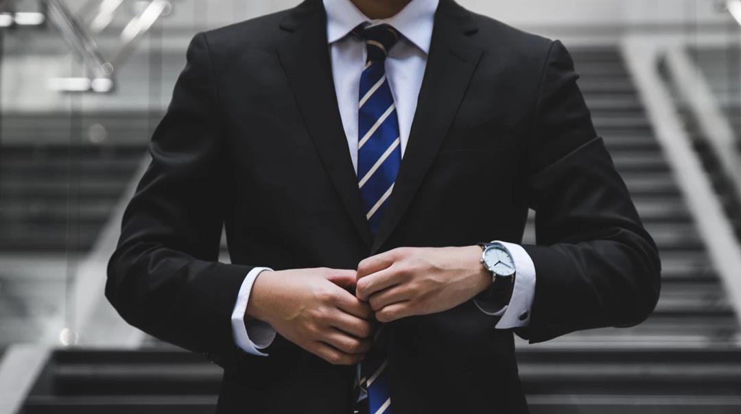 comment porter un costume noir : un guide complet
