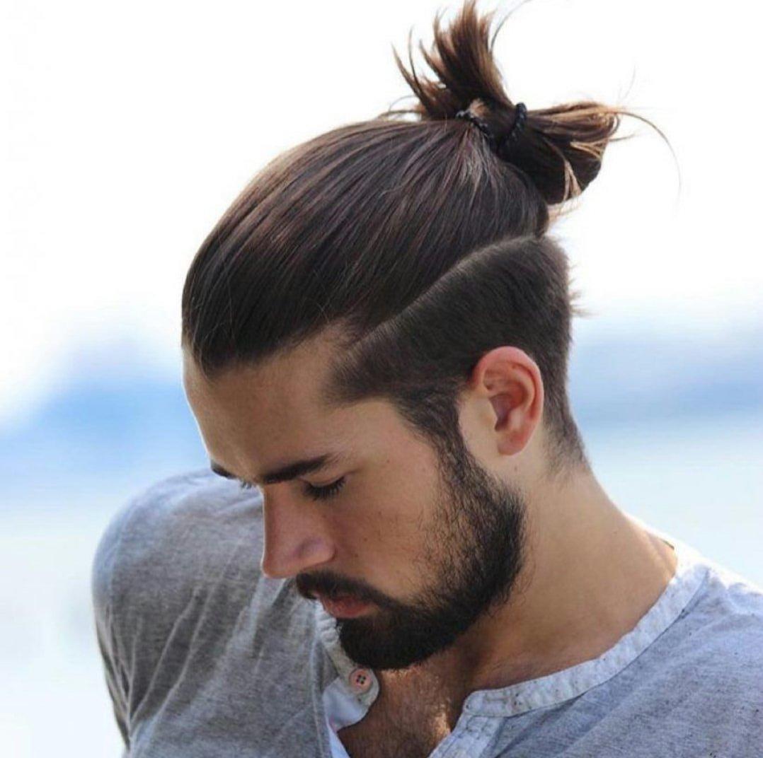 homme avec un cheveux long