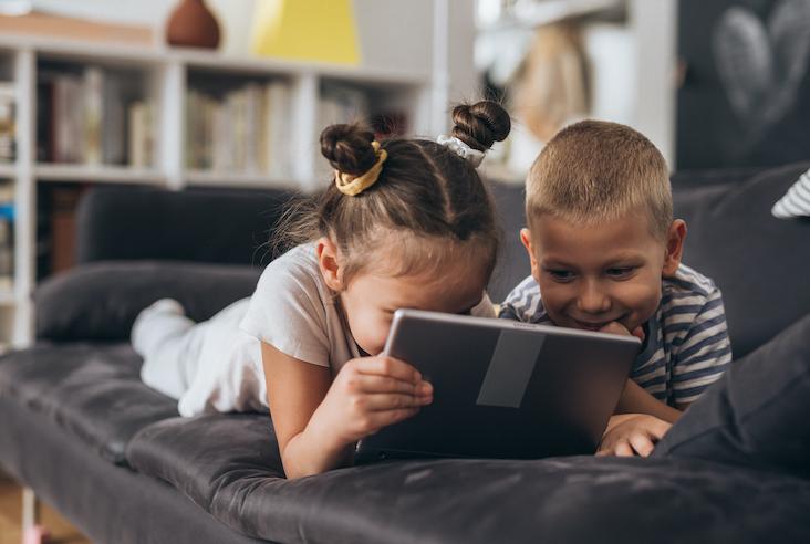 enfant jouant en ligne