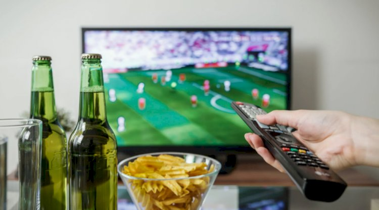 regarde foot avec des bières
