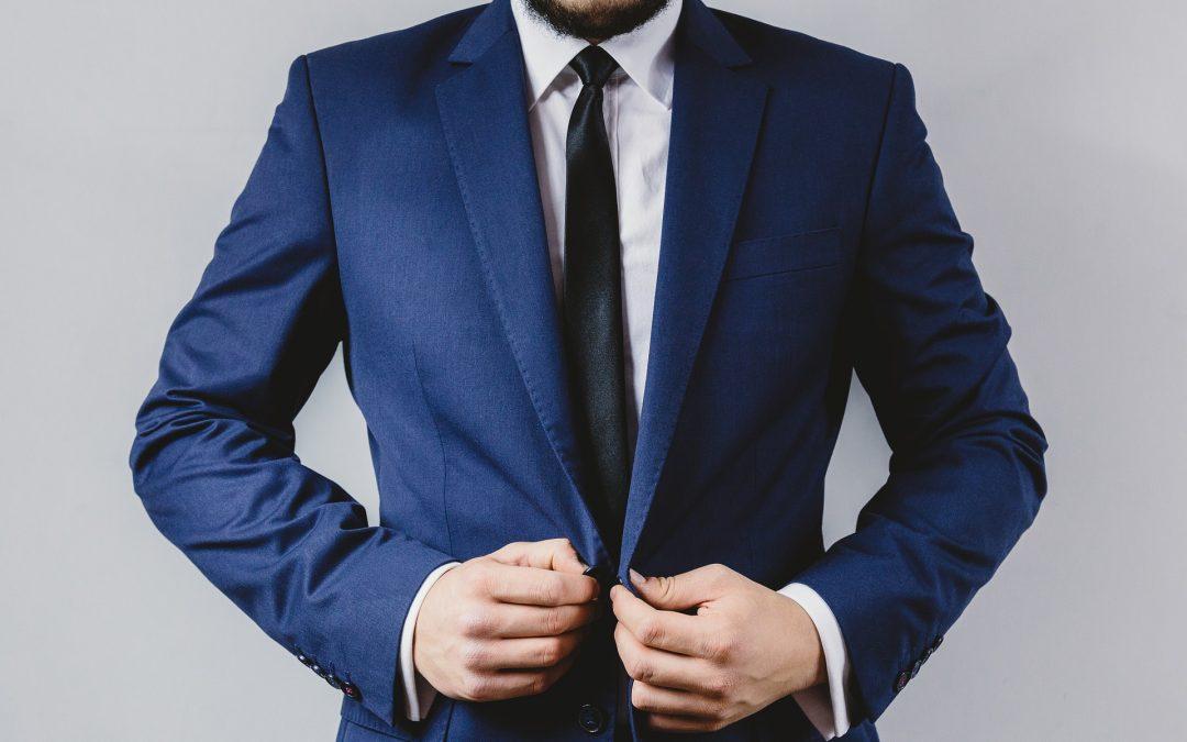 Comment porter un costume à rayures bleu au printemps